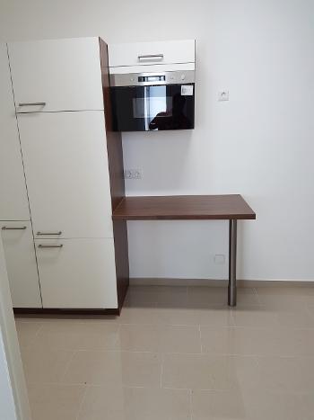 Küchenblock mit Microwelle und Kühlschrank